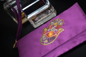 The Hand of Fatima 19 - SOLDMaterial : taffetaColour : purple with yellow liningLength : 20cmHeight : 13cm