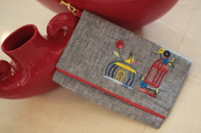 The Birdcage 8Material : linenColour : grey with red liningLength : 20cmHeight : 13cm