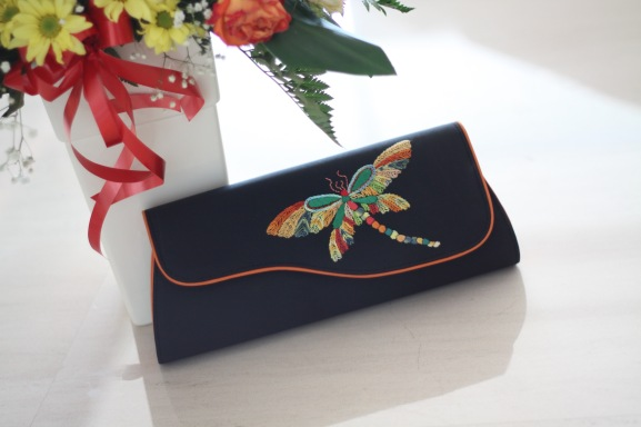 The Dragonfly 6 - SOLDMaterial : taffetaColour : black with orange colour sides and liningLength : 32cm (lower) and 27cm (upper)Height : 12cmWidth : 6cm