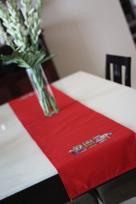 Table runner wls wtr005_the shophouses Material : taffeta Colour : red with 4 red tassels Length : 197cm Width : 33cm